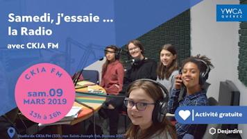 Affichette web : photo cinq adolescentes dans le studio de CKIA. Divers âges et une a la peau brune, souriante. Logo Desjardins au bas.