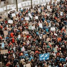 Photo de la manif contre les changements climatiques à Montréal : foule dense, vue de haut. Surtout des jeunes.
