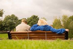 Photo : deux personnes, vues de dos, sur un banc de parc.</body></html>
