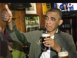 Photo réelle d'Obama avec une bière à la main qui a l'air extrêmement fatigué et/ou saoul, mais néanmoins sympathique et jovial.  Il est dans une taverne.