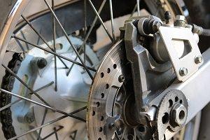 Photo du mécanisme d'une roue arrière vu de près : les pièces sont très propres et de métal argenté et gris.