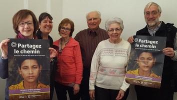 Photo de six bénévoles de Développement et Paix à Charlesbourg tenant deux affiches de la campagne «</body></html>