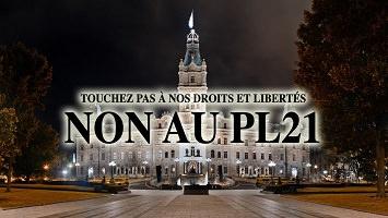 Photo du devant du parlement, la nuit, avec deux grands arbres visibles. « Touchez pas à nos droits et libertés - Non au PL21 »