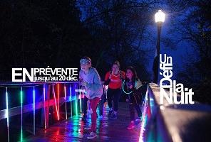 Affichette : photo de deux jeunes filles et une ado, sur un chemin en bois la nuit, avec éclairage multicolore. Elles font semblant de courir pour la photo.