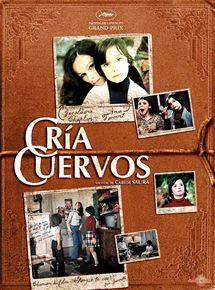 Affiche couverture à texture de livre couvert de cuir gravé : photo d'un jeune garçon cute et sa mère derrière, tout près, cheveux longs noirs. Plusieurs petites photos du film.