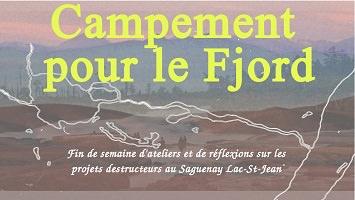 Affichette : photo floue d'un paysage sans arbre, sauf au loin, près d'une vallée. Carte dessinée par-dessus. « Campement pour le Fjord - Fin de semaine d'ateliers et de réflexions sur les projets destructeurs au Saguenay Lac-St-Jean ».