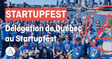 Affichette sur fond d'une photo de groupe au Startupfest. Trentaine de personnes portant le même t-shirt bleu. Logo du CAMP : cercle orange avec triangle au milieu.