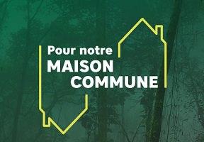 Logo de la campagne : sur fond d'une forêt brumeuse, en filtre vert forêt, contours jaunes d'une maison. « Pour notre maison commune »