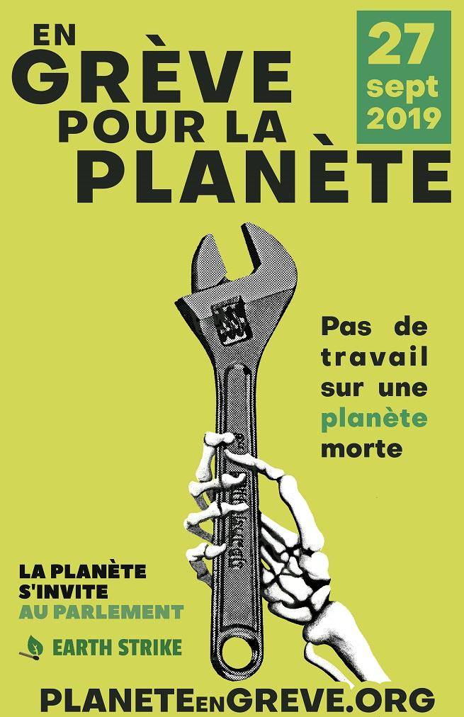Affiche officielle version québécoise: une main squelettique tient un gros outil (clé à molette). « En grève pour la planète - Pas de travail sur une planète morte.»
