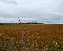Photo des terres, avec le bâtiment des Soeurs plusieurs centaines de mètres plus loin.
