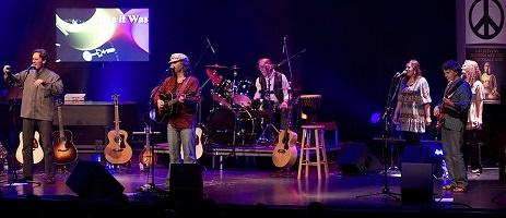 Photo du groupe sur une grande scène : un chanteur, quatre musicien-nes, deux chanteuses arrière.</body></html>