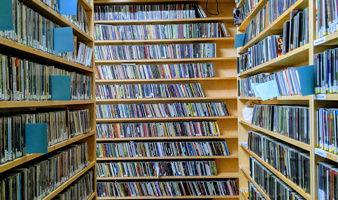 Photo : trois étagères hautes remplies de CD.