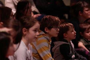 Photo de l'auditoire d'une édition passée : surtout cinq enfants entre 3 et 8 ans et mères derrière.