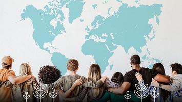 Photo : dix jeunes, vus de dos, se tiennent bras dessus bras dessous devant une carte du monde couleur bleu turquoise. Aussi dessins de plantes.