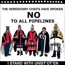 Image : dessin de cinq personnes en habit chaud, de style poncho, et autochtones. « The hereditary chiefs have spoken - No to all pipelines. I stand with Unis'ot'en.»