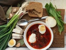 Affichette : photo de légumes autour d'un potage rouge avec oeufs, soit un Bortsch urkrainien.