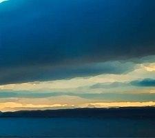 Peinture de l'horizon, au ciel et mer couleur bleu saphir foncé et nuages.