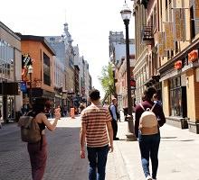 Photo de trois jeunes adultes de dos sur la rue Saint-Joseph, ensoleillée. Gracieuseté de R.M. - journal Droit de parole.</body></html>