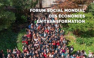 Photo d'd'environ 50 personnes participant à l'organisation, dans une zone très verte, vues de haut, regardant la caméra. « Forum social mondial des économies en transformation » [le titre sur la photo est une mauvaise traduction :P ]