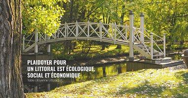 Affichette sur fond d'une belle photo du petit pont en bois passant un ruisseau, avec plusieurs arbres verts.