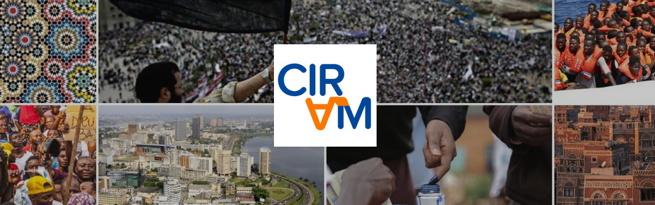 Bannière du CIRAM : le A est inversé et orange. Mosaïque de huit photos de ville, de foules, de réfugiés.