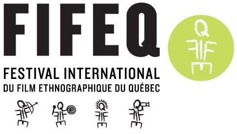 Affichette du FIFEQ : quatre petits bonhommes avec un style aztec. Le logo est un symbole difficile à décrire : sorte de bonhomme fait à partir des lettres FIFEQ.