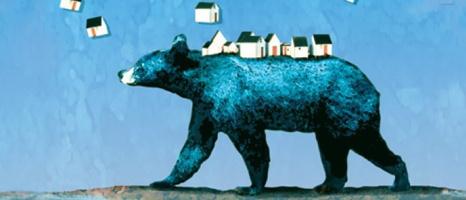 Image : un ours bleu sur fond bleu ciel marche vers la gauche. Sur son dos, il transporte des dizaine de maisons humaines.