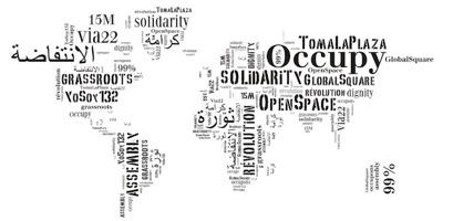 Carte du monde, mais dessinée uniquement à partir de mots écrits, horitontaux et verticaux. Les mots nomment des mouvements sociaux et des concepts : Occupy TomalaPlaza Grassroots 15M Via22 Assembly et des mots d'autres langues.