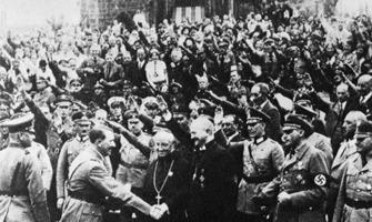 Photo ancienne authentique : dans une foule dense de gens faisant le salut hitlérien, Hitler serre la main de Ludwig Müller, un membre du clergé —d'ailleurs vêtu en soutane catholique— et membre du parti nazi.