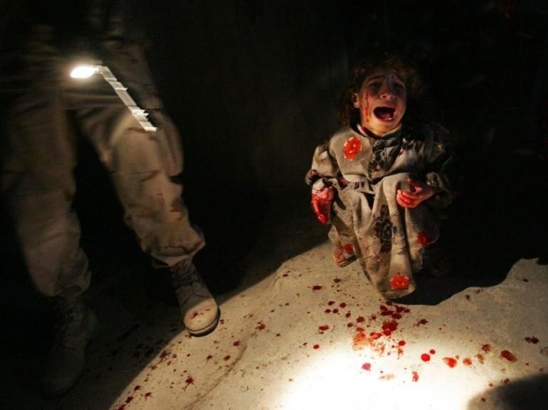 Une petite Irakienne pleure après la mort de ses parents, tués par des soldats américains à la suite d'un contrôle s'étant mal déroulé, en 2005 à Tall Afar. - Photo par le regretté Chris Hondros.