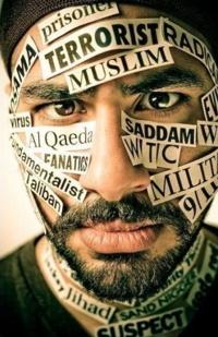 Portait photo de près d'un homme d'environ trente ans, mais dont le visage est couvert d'étiquettes : terroriste, radical, Al Qaeda, fondamentaliste, etc.