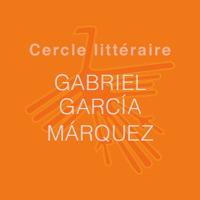 Affichette sur fond orange. Cercle littéraire Gabriel Garcia Marquez. En arrière plan, un dessin symbolique simple représentant un oiseau à grand cou avec de grandes ailes et de grandes plumes arrières.