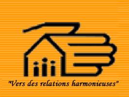 Logo sur fond orange ligné : dessin d'une main géante couvrante une petite maison à trois bonhommes. « Vers des relations harmonieuses »