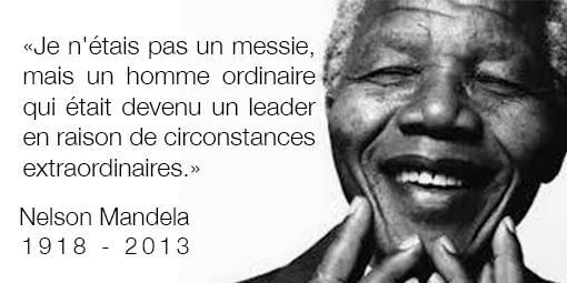 Photo vue de près de M. Mandela, tenant ses doights devant lui, avec le message: « Je n'étais pas un messie, mais un homme ordinaire qui était devenu leader en raison de circonstances extraordinaires.»