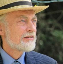 Photo de Robert, un peu de profile : courte barbe blanche, veston bleu, chapeau de paille. Regard au loin, yeux bleus. Il a environ 60 ans sur la photo, tirée de Facebook.