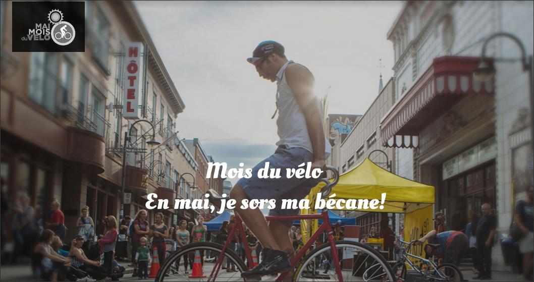 Affichette : photo d'un homme l'été sur la rue St-Joseph se tenant en équilibre sur son vélo. La foule sur la rue regarde. C'est une fête de quartier, il fait soleil. Petit logo à gauche: Mai 2015 - Mois du vélo. Dessin simple d'un oleil et d'un vélo en blanc sur noir.