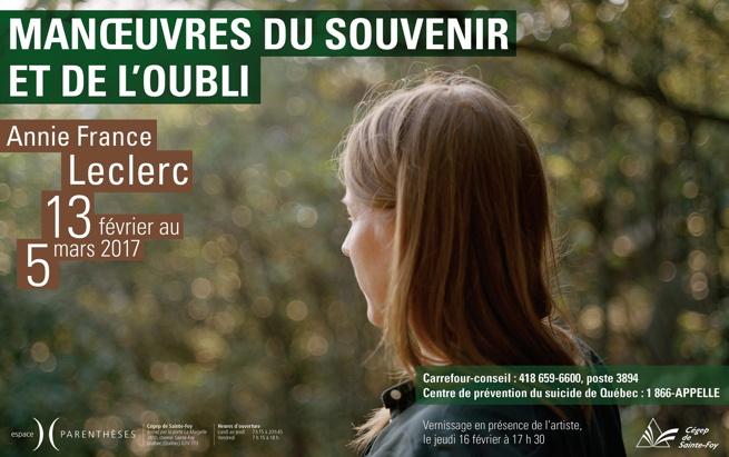 Affiche : photo de dos d'une femme aux cheveux blonds-bruns qui regarde vers une forêt.