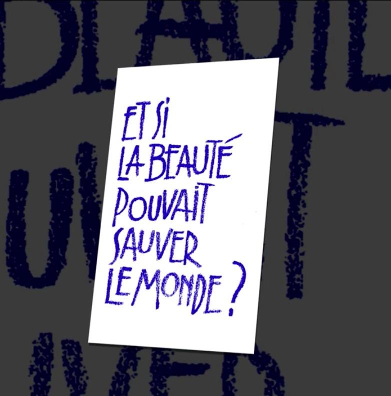 Logo : la phrase Et si la beauté pouvait sauver le monde ? écrites en orange-brun avec des lettres inégales
