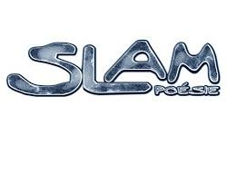 logo : le mot SLAM en gros et poésie. Lettrage large, ondulé et arrondi, avec une texte métallique grise.