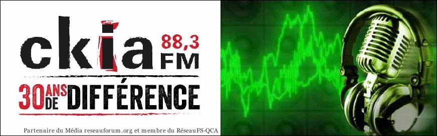 bannière : ckia 88,3 FM. Photo d'un micro métallique de style ancien, monté d'écouteurs, sur fond vert avec lignes d'ondes. 30 ans de différence.