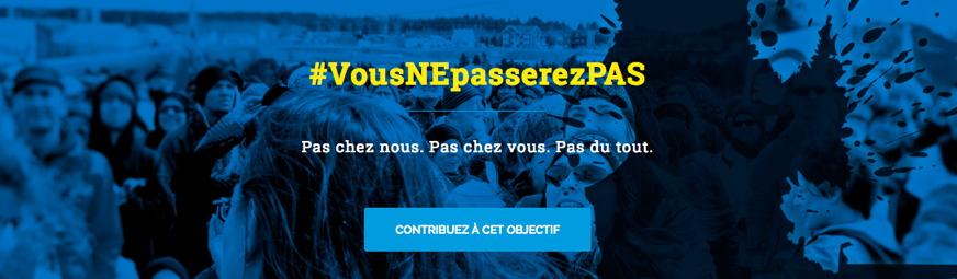 Bannière tirée du site : photo, en filtre bleu dense, d'une foule. Ombre du territoire du Québec avec des éclats noirs autour, comme des gouttes de pétrole giclant.