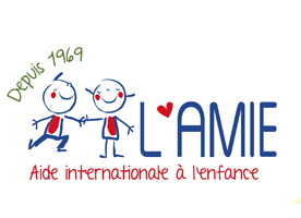 Logo : dessin enfantin d'une bonhomme bleu avec une fillette bleue tenant une fleur. Depuis 40 ans au coeur de la vie des enfants du monde.