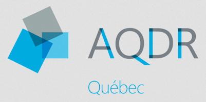 Logo AQDR : trois carrés s'emboitent. Un gris, deux bleus.