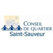 Logo : trois bonhommes allumettes bleu-mauve, devant un dessin comique de bâtiments urbains. Conseil de quartier Saint-Sauveur.