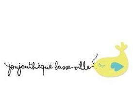 Logo : on oiseau jaune, très rond, avec de petites ailes bleus; ressemble aussi à un poisson.