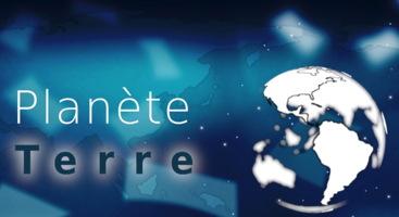 Logo de l'émission Planète Terre : un globe terrestre sur un fond de nuages cosmiques bleu vaporeux. Les continents sont blancs.
