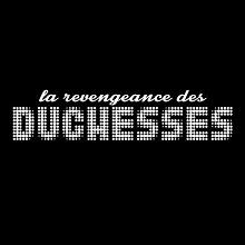 Carré noir : La revengeance des DUCHESSES. Les trois premiers mots ont un style manuscrit, mais le mot duchesses est en grandes lettres composées de petites lumières blanches.