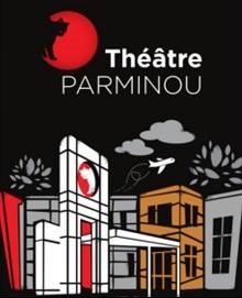 Logo du Théâtre Parminou et dessin : un chat noir entre dans un cercle rouge vif. Dessin : des immeubles, blanc, gris et orange, des nuages gris, un avion de ligne dans le ciel.