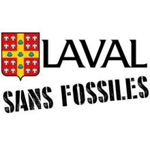 Logo : SANS FOSSILES, écrits en grandes lettres usées, sous l'emblème de l'université Laval, soit un écu orné d'une croix chargée de cinq coquilles et cantonné de 16 alérions sans bec ni pattes.