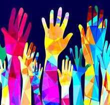Dessin de plusieurs mains multicolores, de tailles différentes, levées ensemble. Trois ressortent : une rose, une jaune avec d'autres couleurs, une avec davantage de bleu.